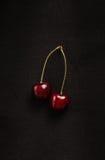 Свежие вишни на черной предпосылке Стоковое Фото