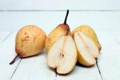 Свежие вкусные желтые плодоовощи груши изолированные на белой предпосылке Стоковая Фотография