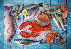 Свежие вкусные морепродукты, который служат на старом деревянном столе стоковые изображения