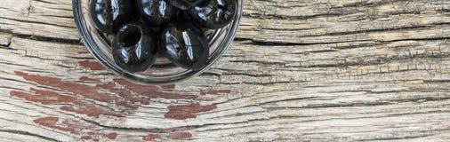 Свежие вкусные оливки в шаре, взгляд сверху, конец-вверх еда здоровая еда здоровая Стоковое Изображение