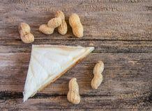 Свежие вкусные сандвич и арахис на деревянном столе Стоковое Изображение