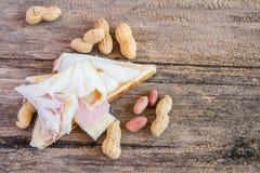 Свежие вкусные сандвич и арахис на деревянном столе Стоковые Изображения