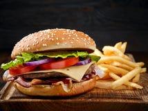 Свежие вкусные фраи бургера и француза Стоковое Фото