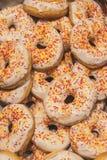 Свежие вкусные donuts с поливой и красочное брызгают Стоковое фото RF