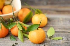 Свежие вкусные tangerines с листьями на деревянном столе Стоковые Изображения