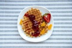 Свежие вкусные waffles с вареньем на белой плите Стоковое Изображение RF