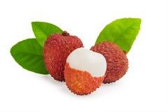 Свежие все и riped lychees с листьями на белой предпосылке Стоковое Изображение RF