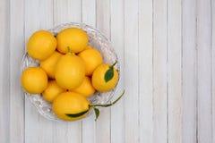 Свежие выбранные лимоны на белой деревянной таблице Стоковое Фото
