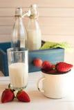 Свежие выбранные strawberrys с стеклом молока на белой деревянной предпосылке Стоковые Фотографии RF