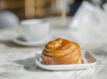 Свежие выпечки в кафе на белой таблице стоковое изображение