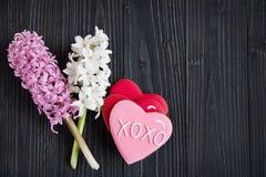 свежие гиацинты и печенья в форме сердец Стоковые Изображения