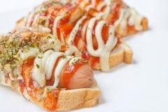 Свежие горячие сосиски с хлебами. Стоковые Фотографии RF