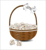Свежие грибы в плетеной корзине с смычком Стоковое Изображение RF
