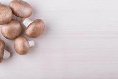 Свежие грибы champignon на деревянном Стоковая Фотография