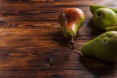 Свежие груши на деревянной предпосылке Стоковое фото RF