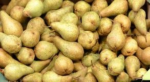 Свежие груши на предпосылке рынка Стоковое Фото