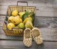 Свежие груши с сплетенными ботинками deco Стоковая Фотография