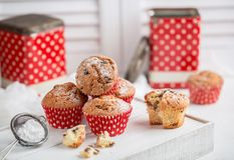 Свежие домодельные очень вкусные булочки с изюминками Стоковые Изображения RF