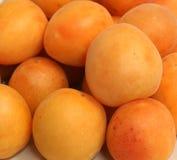 Свежие естественные абрикосы к предпосылке Стоковые Фото
