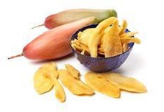 Свежие желтые манго и куски высушенного манго Стоковое Изображение RF