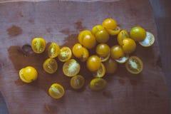 Свежие желтые томаты вишни на деревянной доске Стоковое фото RF