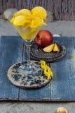 Свежие желтые ветроуловители мороженого персика в стеклянном конусе на пляже, Стоковые Фотографии RF