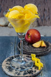 Свежие желтые ветроуловители мороженого персика в стеклянном конусе на пляже, Стоковое Фото
