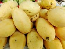 Свежие желтые зрелые манго для продажи Стоковые Изображения