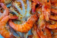 Свежие зажаренные креветки и осьминог на блюде, креветки стоковые изображения rf