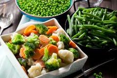 Свежие замороженные овощи на деревянном конце предпосылки вверх стоковое изображение