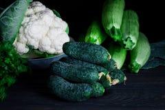 Свежие зеленые овощи на темной таблице стоковые фото