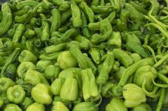 Свежие зеленые перцы на рынке фермеров еда здоровая предпосылка органическая стоковая фотография