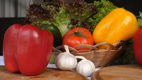 Свежие зеленые цвета, перцы, луки, цукини, чеснок Moving овощи на кухонном столе, предпосылке сбора Стоковое Изображение