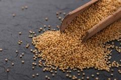 Свежие зерна амаранта на деревенской предпосылке стоковая фотография rf