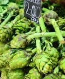 Свежие зеленые артишоки для продажи в рынке Стоковое фото RF