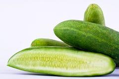 Свежие зеленые огурец и кусок огурца на изолированной еде белой предпосылки здоровой vegetable Стоковое Изображение