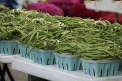 Свежие зеленые фасоли в корзинах на рынке фермера Стоковое Изображение RF