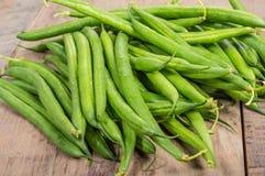 Свежие зеленые фасоли на таблице Стоковая Фотография