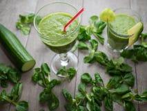 Свежие зеленые smoothies стоковые изображения