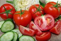 Свежие зрелые овощи - томаты, капуста, зеленые луки и огурец на деревянном столе Стоковая Фотография