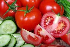 Свежие зрелые овощи - томаты, капуста, зеленые луки и огурец на деревянном столе Стоковые Фото