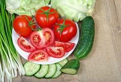 Свежие зрелые овощи - томаты, капуста, зеленые луки и огурец Стоковое Изображение RF