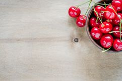 Свежие зрелые органические вишни в плите Стоковое Фото