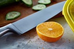 Свежие зрелые половины апельсина на свете - серой предпосылке, селективном фокусе Стоковое Изображение