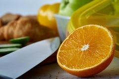 Свежие зрелые половины апельсина на свете - серой предпосылке, селективном фокусе Стоковые Изображения RF