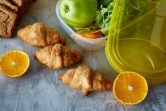 Свежие зрелые половины апельсина на свете - серой предпосылке, селективном фокусе Стоковая Фотография