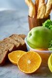 Свежие зрелые половины апельсина на свете - серой предпосылке, селективном фокусе Стоковая Фотография RF