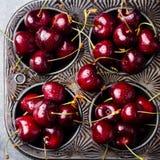 Свежие зрелые черные вишни в винтажном блюде затыловки на каменной предпосылке Взгляд сверху Стоковые Изображения