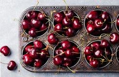 Свежие зрелые черные вишни в винтажном блюде затыловки на каменной предпосылке Взгляд сверху Стоковая Фотография