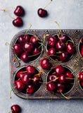 Свежие зрелые черные вишни в винтажном блюде затыловки на каменной предпосылке Взгляд сверху Стоковые Изображения RF